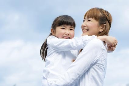 笑顔で娘をだっこする母親