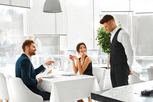 レストランでの座り方