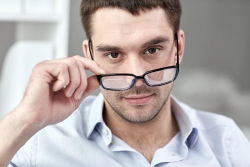 眼鏡をはずす