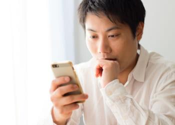スマートフォン・スマホを見る男性