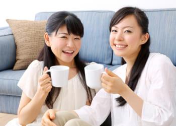 お茶を楽しく女性