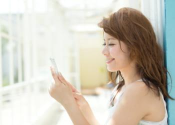 スマホでメッセージを送る女性