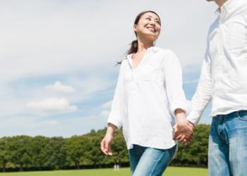 手をつなぐ、公園デート