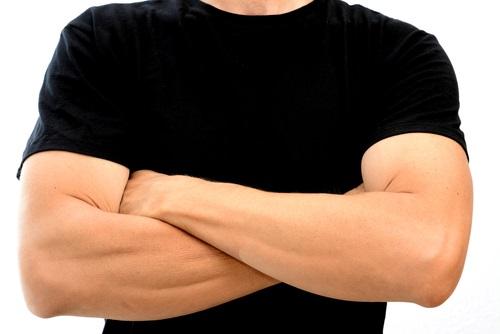 腕組みする男性